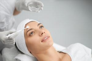 Femme qui recoit un soin pour le visage en clinique