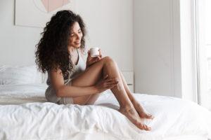 femme et crème jambes