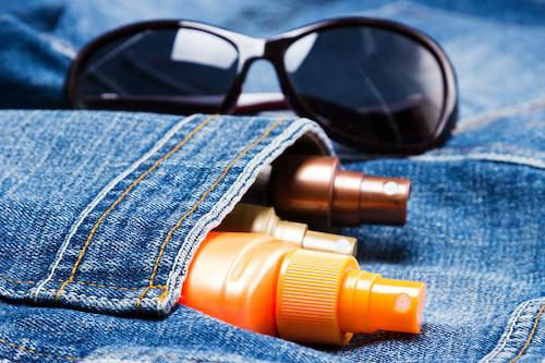 lotions solaires dans une poche