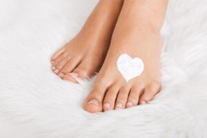 beaux pieds de femme avec un coeur en crème